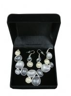 UNUSUAL SILVER METAL AND FAUX PEARL NECKLACE WITH MATCHING EARRINGS JEWELLERY SET IN BOX